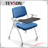 トレーニングまたは会合のための執筆ボードが付いている現代学校またはオフィスの折りたたみ椅子