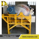 Removendo o cilindro magnético do fornecedor pesado do carregador para a coleta do metal