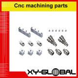 CNC que trabaja a máquina pequeñas piezas de metal
