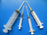 Trois parts de seringue avec le pointeau
