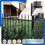 ゲートによって囲うCommericalの庭の錬鉄