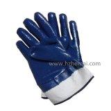 Полно окунутая двойником голубая перчатка работы техники безопасности на производстве масла нитрила
