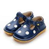 2016のばねの秋の赤ん坊靴4つのカラーポルカドットのピカピカの柔らかい唯一の女の赤ちゃんの靴
