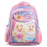 子供のメッセンジャーは学校のバックパックを袋に入れる