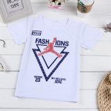 夏のTシャツに着せているきれいなアプリケーション子供