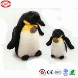 Jouet mignon bourré doucement réaliste debout de pingouin de peluche d'empereur