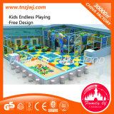 Campo de jogos interno do campo de jogos colorido das crianças com corrediça