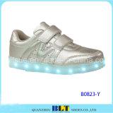 新製品の子供の靴偶然LEDの靴