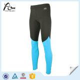 Calzamaglia degli uomini di forma fisica che eseguono usura di compressione dei pantaloni