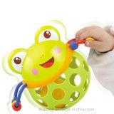 Das neugeborene Baby, das Kugel greift, rüttelt das Bell-Spielzeug