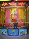 Gettando le sfere nella cabina di carnevale dei giochi della benna