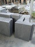 싼 자연적인 돌담은 까만 큰 직사각형 슬레이트를 타일을 붙인다