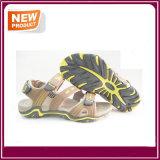 Sapatas respiráveis novas da sandália da praia do verão