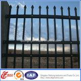 機密保護の現代熱い電流を通された錬鉄の塀