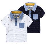 La impresión en color del contraste del diseño de la manera modela la camisa de polo del cabrito con el bolsillo