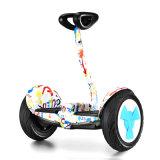 ハンドル棒が付いている電気スクーターのバランスをとっている2つの車輪のスマートな自己