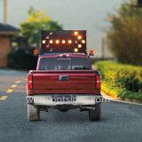 소통량 공도 방향 트럭은 차량에 의하여 거치된 LED 화살 널, 번쩍이는 화살 표시를 거치했다