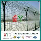 De gegalvaniseerde Luchthaven Gelaste Omheining van de Veiligheid met het Prikkeldraad van het Scheermes