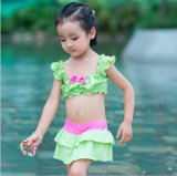 어린 소녀의 인쇄된 물결이 일게한 수영복