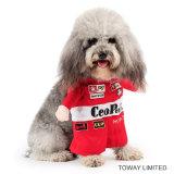 El perro Cosplay del coche de deportes del traje F1 arropa los trajes del animal doméstico
