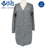 La longue chemise grise tricotée empoche la couche mince