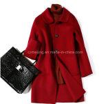 Пальто пыли красной женщины шерстяные