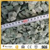 赤くか緑または白くまたは黄色または黒いですまたは灰色の砂利によって押しつぶされる石