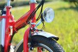 小型都市Eバイクを折っている36V 10ahのリチウム電池の女性