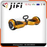 Individu de deux roues équilibrant le scooter électrique avec l'éclairage LED