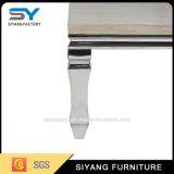 居間の家具の白く光沢度の高いコーヒーテーブル