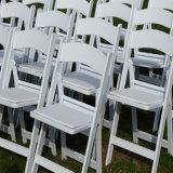 Cadeira de dobradura branca da resina do casamento