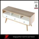A mobília de madeira simples da sala de visitas usou o carrinho moderno da tevê do LCD