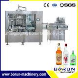 Bebidas en botella vidrio del alcohol que llenan la máquina del lacre