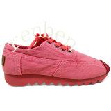 熱い女性のセメントの靴