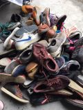 Первоначально чистыми ботинки используемые ботинками для сбывания