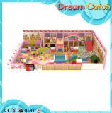 Campo de jogos interno colorido das crianças bonitas do material plástico
