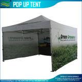 6 persone schioccano la tenda in su di campeggio (M-NF05F09321)