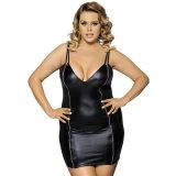 黒くセクシーで好色で堅い女性の透過革ランジェリー