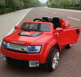 Симпатичная езда младенца малолитражного автомобиля автомобиля ребенка на автомобиле