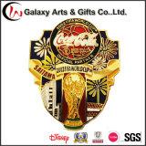 Emblema macio do Pin de Federação Internationale De Futebol Associação do esmalte do metal com logotipo do copo de mundo