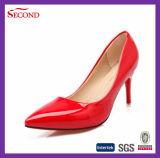 赤いカラー先の尖ったつま先の固体靴