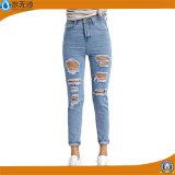 La matita casuale della chiusura lampo del denim delle donne ansima i jeans strappati modo scarno