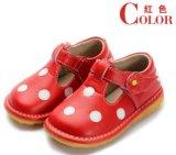 Rood van de Schoenen van het Meisje van de baby het Piepende met de Witte Verschillende Kleuren van Stippen