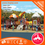 商業遊園地の子供の運動場のプラスチックスライド