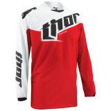 Мотоцикл тенниски вездеходного Riding красного цвета участвуя в гонке Джерси (MAT59)
