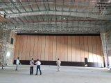 多目的ホールまたは多機能のホールのための操作可能な隔壁