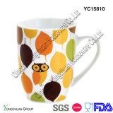 Taza blanca de cerámica con el modelo del cliente