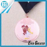 サンタクロースの美しい子供は記念品メダルを飾る
