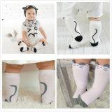 Il bambino personalizzato rifornimento della fabbrica scherza i calzini del fumetto del poliestere del cotone dei bambini