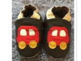 Маленькие младенческие ботинки младенца неподдельной кожи младенца